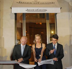 Guillain Maspetiol (Brand Manager Frankrijk), Diane Kruger en Jérôme Lambert (CEO) verrichten de opening van de nieuwe Boutique aan Place Vendôme
