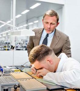 Daniel Craig op bezoek bij Omega in Villeret
