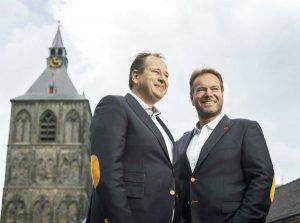 Tim en Bart Grönefeld, met de Plechelmus op de achtergrond